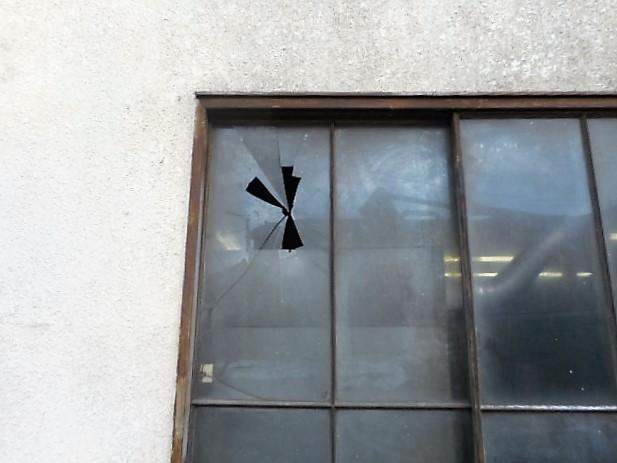 八潮市 浮塚 ガラス修理前