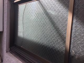 草加市 松原 マンションのガラス修理前