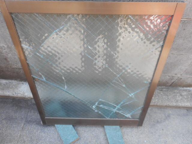 草加市 氷川町 ガラス修理前