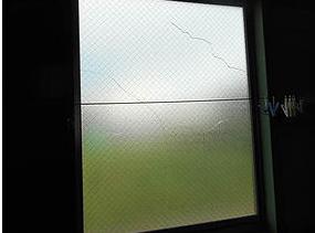 八潮市 鶴ケ曽根のガラス修理前