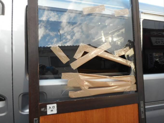 越谷市 ガラス修理前