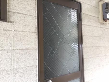 八潮市 強風被害のドアガラス修理・交換