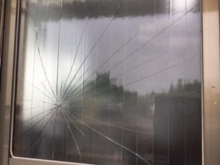 草加市 花栗のガラス修理前