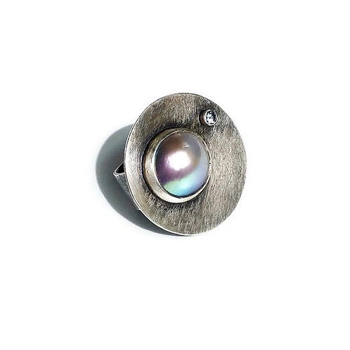 A Mabe pearl ring with grey spinel set in sterling silver.