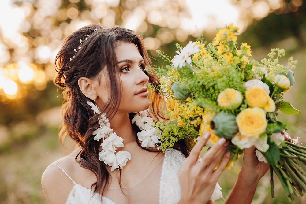 sesja ślubna, sesja w plenerze, ślub, wesele, panna młoda, dekoracje, kwiaty, żółte dekoracje