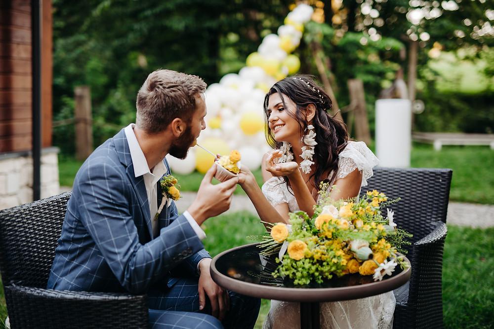 ślub w plenerze, ślub plenerowy, wesele, ślub, balon, balony, lublin, lubelskie, dekoracje weselne, dekoracje na ślub, żółty kolor przewodni, żółty, żółty wesele, panna młoda, słodki stół, ciastko