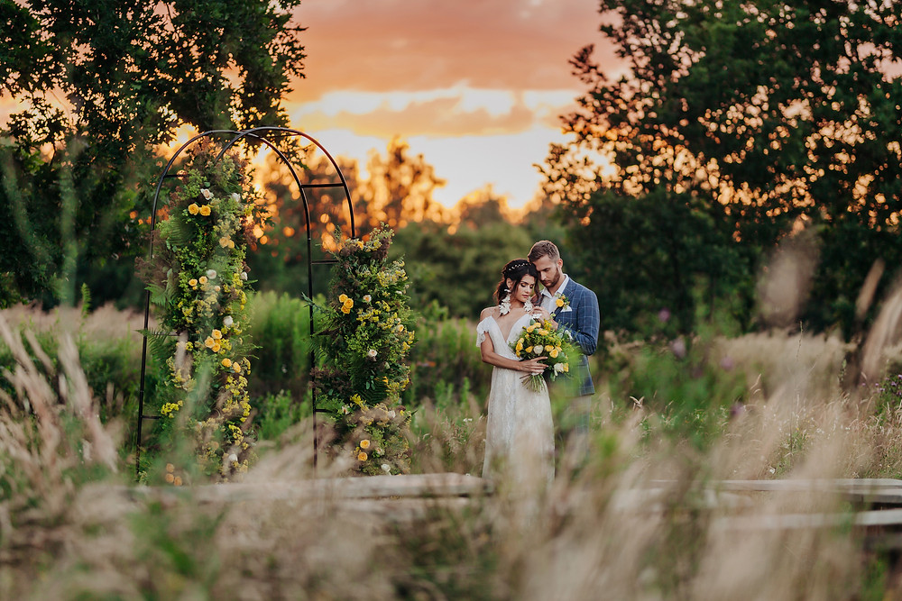 sesja ślubna, sesja w plenerze, ślub, wesele, panna młoda, dekoracje, kwiaty, żółte dekoracje, sesja ślubna w plenerze
