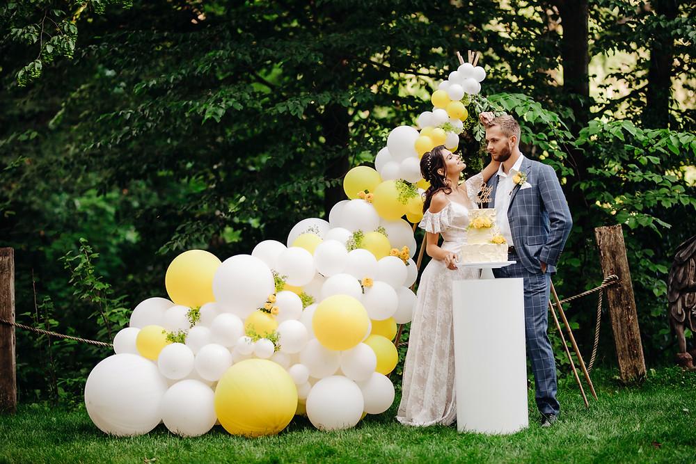 ślub w plenerze, ślub plenerowy, wesele, balony na wesele, balony lublin, ślub, balon, balony, lublin, lubelskie, dekoracje weselne, dekoracje na ślub, żółty kolor przewodni, żółty, żółty wesele, panna młoda, słodki stół, ciastko, ścianka, ścianka do zdjęć, tło do zdjęć, girlanda, girlanda balonowa, łubinowe wzgórze, inlove, wojtek witek, tort, tort weselny