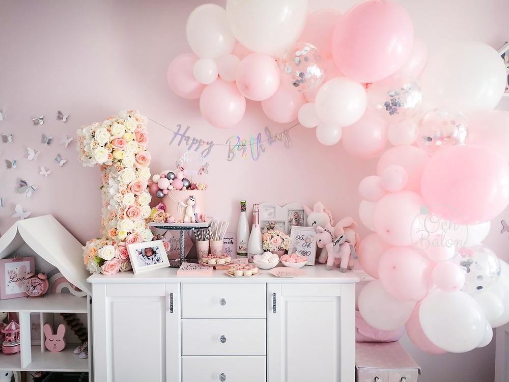 urodziny, pierwsze urodziny, urodziny dziewczynki, pokój dziecka, pokój dziewczynki, dekoracje urodzinowe, dekoracja urodzinowa, balony dla dziewczynki, girlanda balonowa, tort urodzinowy, tort unicorn, tort jednorożec, jednorożec