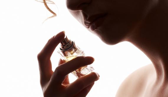 mulher sentindo perfume