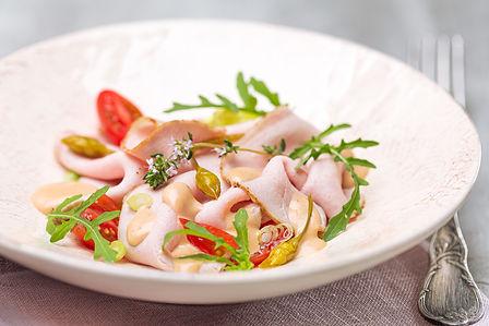Porcello tonnato mit Rucola, Tomate und Bärlauch-Kapern