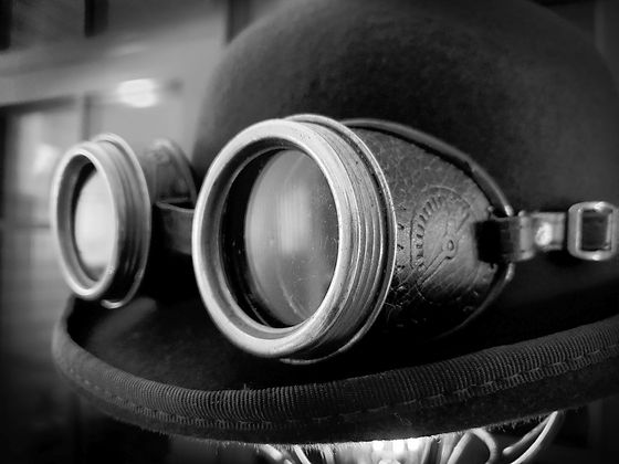 Vintage%20steampunk%20bowler%20hat%20with%20goggles_edited.jpg