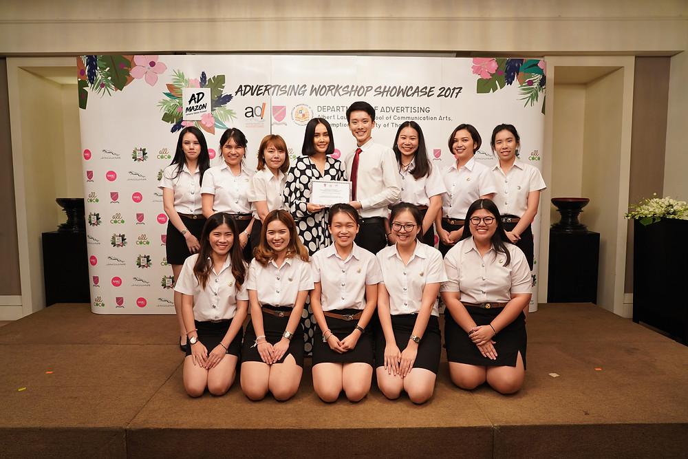 (K. Saowakon Pornpatanarak, Deputy Chief Executive Officer of Do Day Dream Public Company Limited gives the certificate to Frigate Team.)