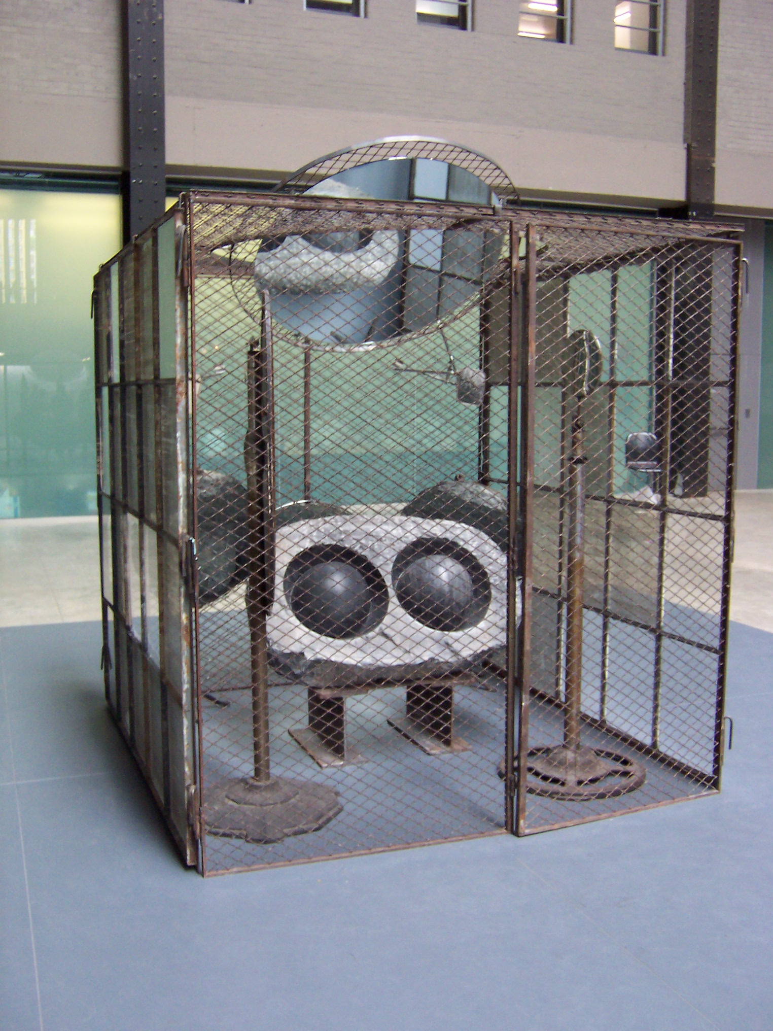 Domestic_Incidents_by_Louise_Bourgeois_Tate_Modern_Turbine_Hall_2006