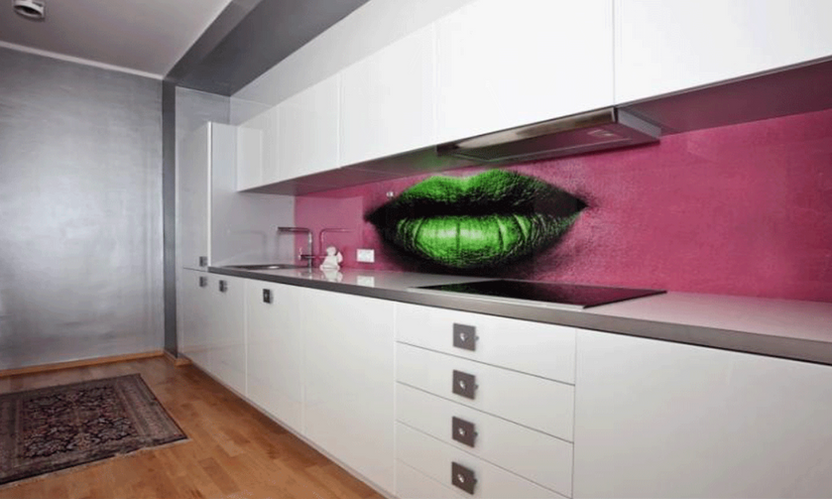 Glass panel kitchen lips