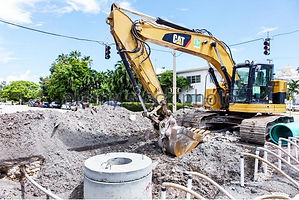 florida-miami-beach-cat-excavator-roadwork-laying-sewer-pipes-h6ya3y.jpg