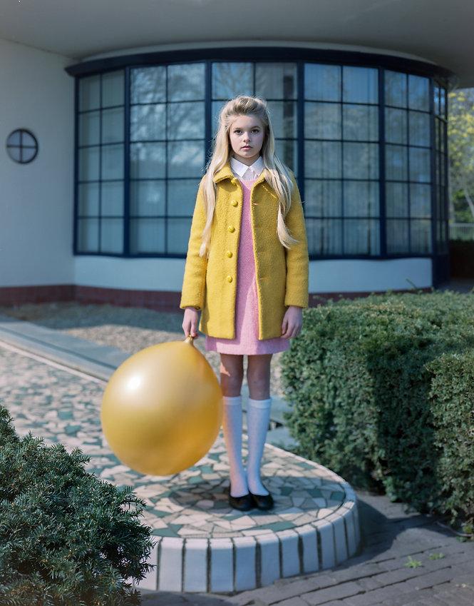 Dit is een meisje die gefotografeerd is met een groot formaat analoge camera. Een intrepid 4x5 met film kodak portra