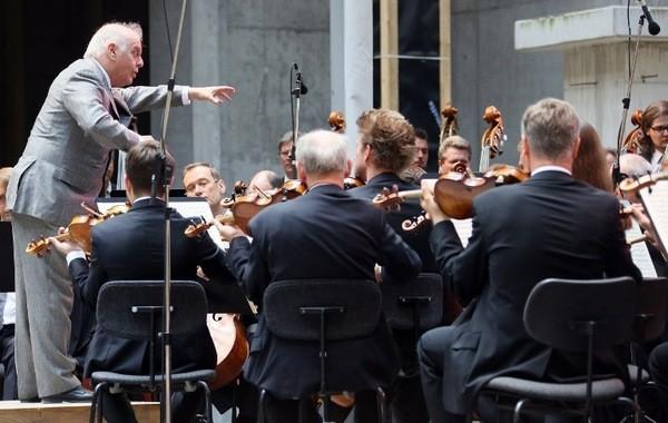 Daniel-Barenboim-dirigeant-orchestre-Berliner-Staatskapelle-juin-2015_1_730_380