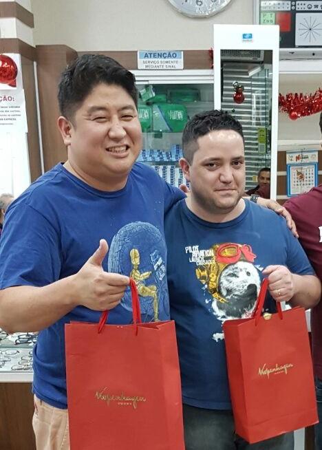 Ricardo e Ivan quando ganharam prêmio de melhores vendedores.