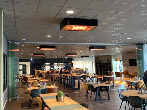restaurant met sfeervolle lampen