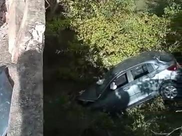 Carro de passeio quebra proteção de ponte e cai em rio na BA-381, em Quijingue-BA