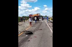 Caminhoneiro morre após batida entre dois caminhões na BR-116, em Serrinha