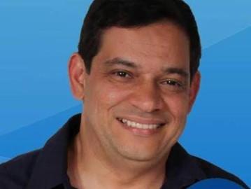 Erivaldo Carvalho, prefeito de Nordestina-BA tem carro alvejado por tiros