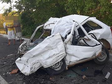 Colisão entre carro de passeio e carreta deixa uma vítima fatal na BR-116, em Araci-BA