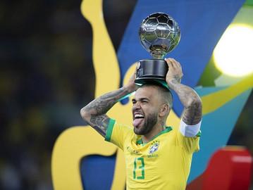 Maior campeão da história do futebol, Daniel Alves ganhará estátua em Juazeiro-BA, sua terra natal