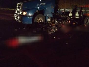 Acidente envolvendo caminhão e 3 motocicletas deixa dois mortos e um ferido na BR-116, em Abaré-BA