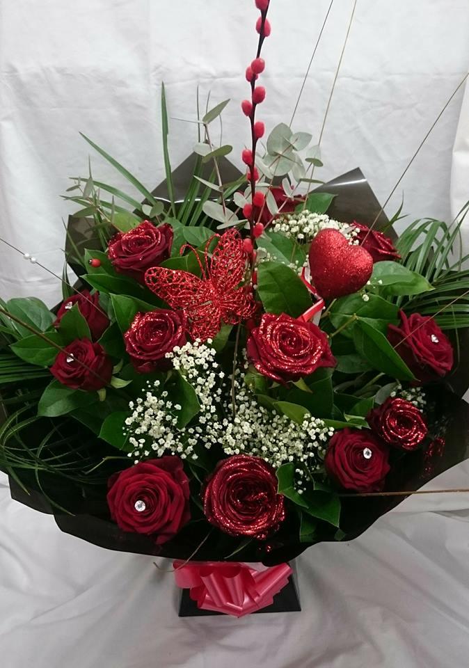 A dozen red Naomi roses