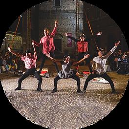 La Famiglia Mirabella, compagnia teatrale a conduzione familiare, rappresentate durante una performance dal vivo.