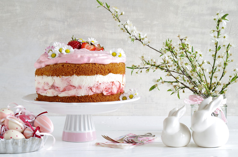 Naked cake with strawberry cream filling, daisies and fresh strawberries