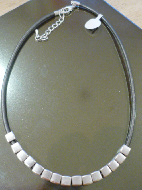 Short charcoal leather necklace with Silver cubes