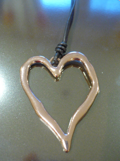 Short leather necklace with beaten heart
