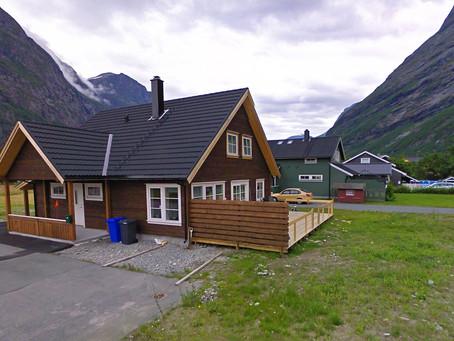 Het gezellige huis in de Noorse provincie Sunndalsøra, wordt opgeladen door TESUP Wind Turbine!