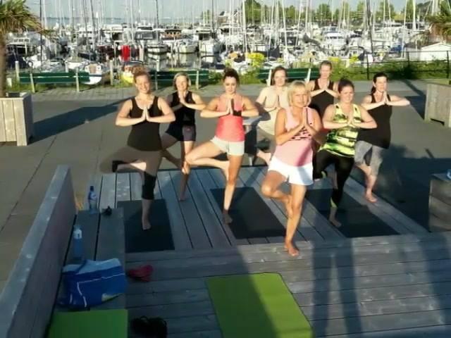 Studio Willemstad deelt vandaag het beste plekje voor Yoga. Prachtig uitzicht op de haven en een zomers briesje bij #VanBellen Wind & Snow. Dank je wel Franka, Jessie en Madelon voor de snelle verhuizing. Linda, super dat we mochten komen.