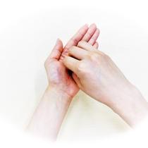 ②指先・指の背をもう一方の手のひらで擦る(両手行う)