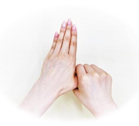 ⑥親指を片方の手でねじるように擦る(両手行う)