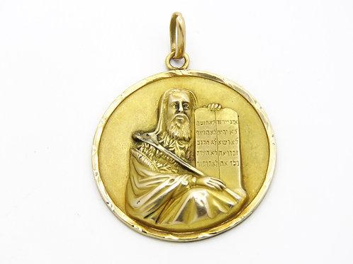 תליון זהב גדול 18K המציג את משה רבינו אוחז בלוחות הברית של עשרת הדיברות aaronjewelryart.com