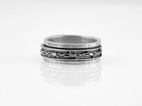 טבעת כסף סטרלינג מסתובבת מעוטרת בדוגמה של גדר תיל ישראל שנות ה-90 aaronjewelryart.com