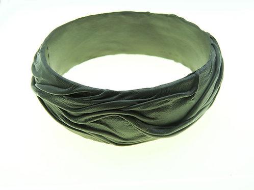 צמיד וינטג' מודרניסטי מעור צבוע בצבע ירוק חאקי צבא בעבודת יד ישראל שנות  -80  aaronjewelryart.com