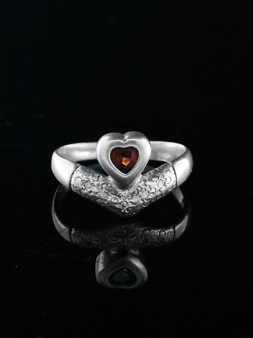 טבעת לב וינטג' מכסף סטרלינג 925 עם גרנט בעיצוב מודרני עבודת יד ישראל '90 aaronjewelryart.com