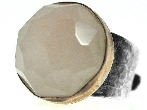 טבעת וינטג' מכסף  סטרלינג 925 מתכווננת משובצת באבן קוורץ ורוד גדול ומעוטרת בפס ז