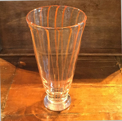 Glazen vaas met verticale oranjekleurige strepen