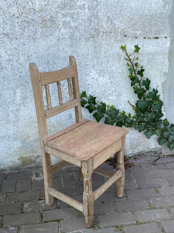 18e eeuws eetkamerstoeltje van vruchtenhout, nu in de webshop!
