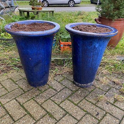 Twee grote blauwe bloempotten, geglazuurd