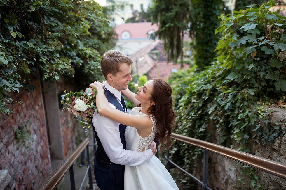 Vjenčani par se zaljubljeno gleda