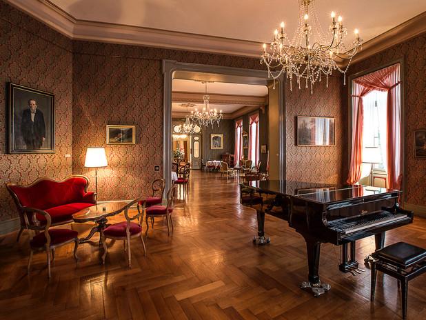 Innenraum mit Klavier.jpg