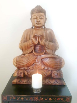 Buddha aus Holz strahlt Ruhe aus
